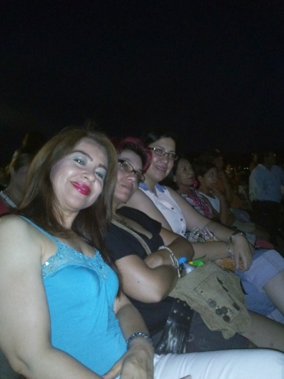 Conchita, Anabel y Anel disfrutando el concierto de Geo Meneses.